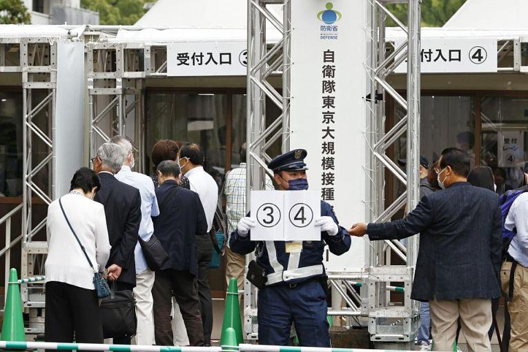 Grandes centros de vacinação foram abertos nas cidades de Tokyo e Osaka para avançar a lenta imunização dos 126 milhões de japoneses. Atualmente menos de 5% da população está completamente imunizada contra o coronavírus