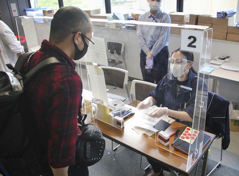 A prefeitura de Tokyo registrou queda de quase metade no número de contaminados em relação ao domingo (10), porém, as infecções seguem altas e há o risco do foco de que novas variantes do coronavírus criem focos dentro do país