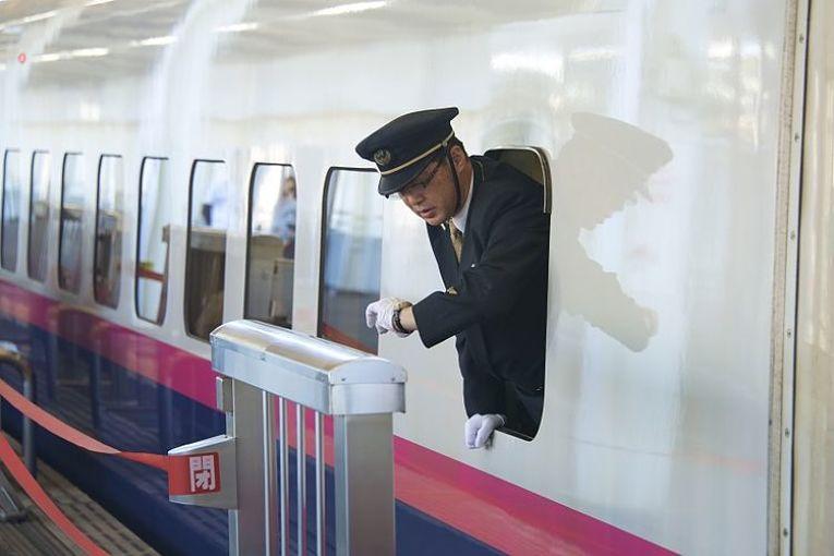 Funcionário checa as horas dentro do shinkansen no Japão