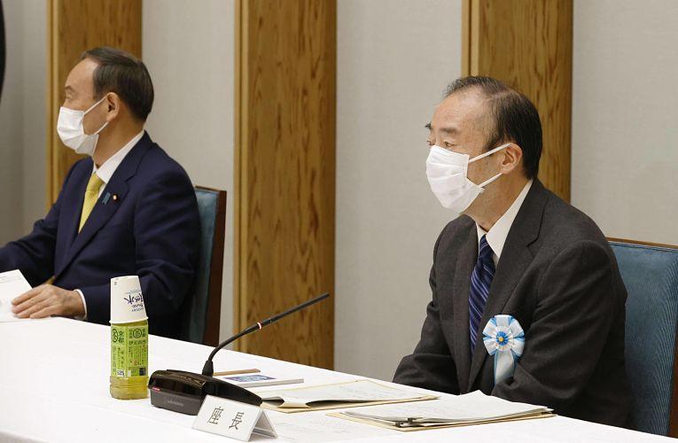 Atsushi Seike ao lado do primeiro-ministro Yoshihide Suga durante uma reunião do grupo de trabalho para a discussão sobre a lei de sucessão do Trono Crisântemo
