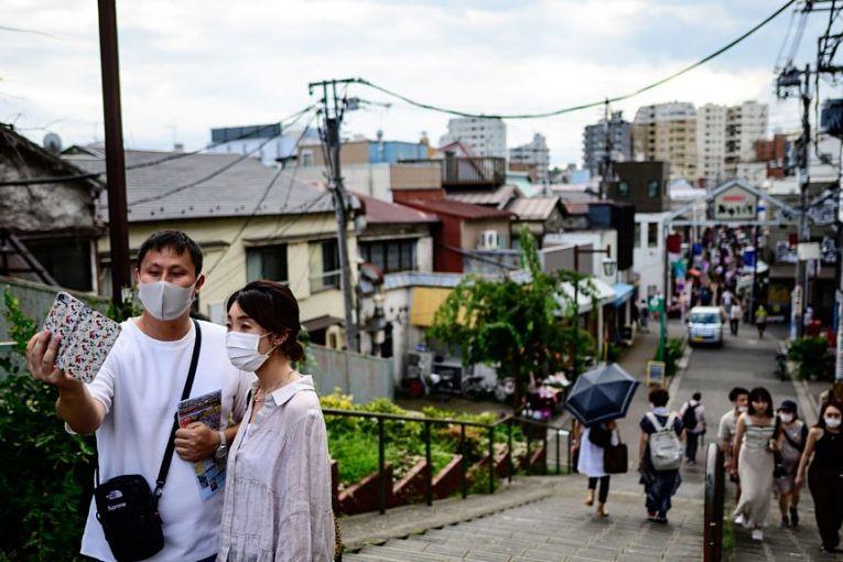 O Japão prorrogou o estado de emergência nas prefeituras de Tokyo, Osaka, Hokkaido, Aichi, Kyoto, Hyogo, Okayama, Hiroshima e Fukuoka até o dia 20 de junho. Como Okinawa já havia determinado o estado de emergência até o dia 20