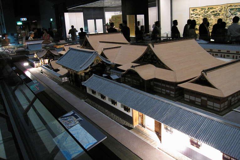 Maquete da residência do clã Matsudaira (ramo secundário do clã Tokugawa) em Edo no Edo-Tokyo Museum. O complexo dos daimyōs na capital deveria ter a grandeza e prestígio que sua residência em seus domínios