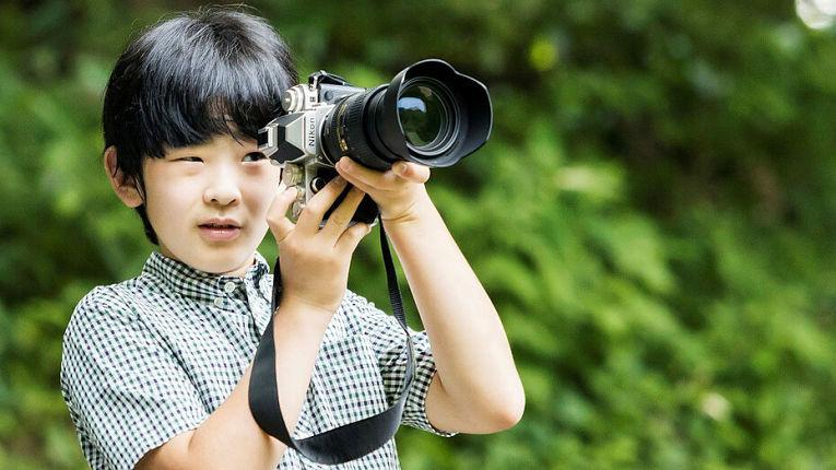 Atualmente com 14 anos, o Príncipe Hisahito, filho do Príncipe herdeiro Fumihito, é o nome mais provável para assumir o Trono Crisântemo caso não seja aprovada uma nova lei de sucessão