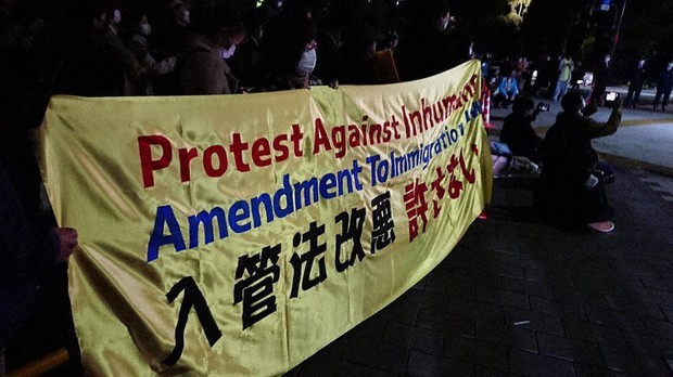 Protestantes contra revisão da lei de imigração no Japão