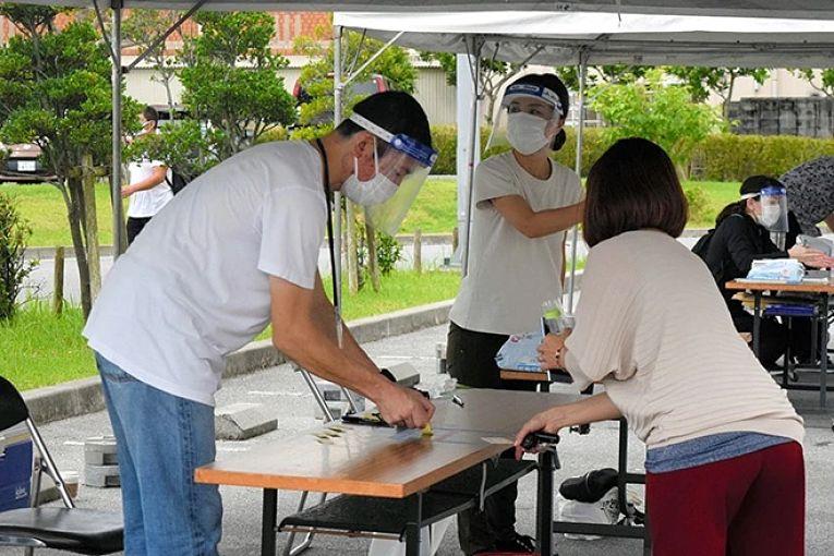 O governo japonês estuda a possibilidade de estender o estado de emergência até o dia 21 de junho. O atual estado de emergência que vigora nas prefeituras de Tokyo, Osaka, Hokkaido, Aichi, Kyoto, Hyogo, Okayama, Hiroshima, Fukuoka e Okinawa (esta seguirá até o dia 20 de junho) expirará no dia 31 de maio