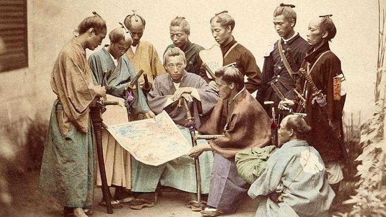 Fotografia colorizada do último shogun, Tokugawa Yoshinobu ao centro, governante do Japão de 29 de agosto de 1866 a 19 de novembro de 1867 quando renunciou ao poder. Faleceu em 22 de novembro de 1913 na capital japonesa