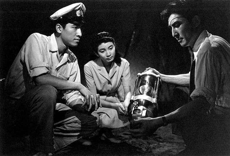 Akira, Emiko e Dr. Serisawa com bomba de oxigênio em cena do filme da Toho Gojira 1954 no Japão