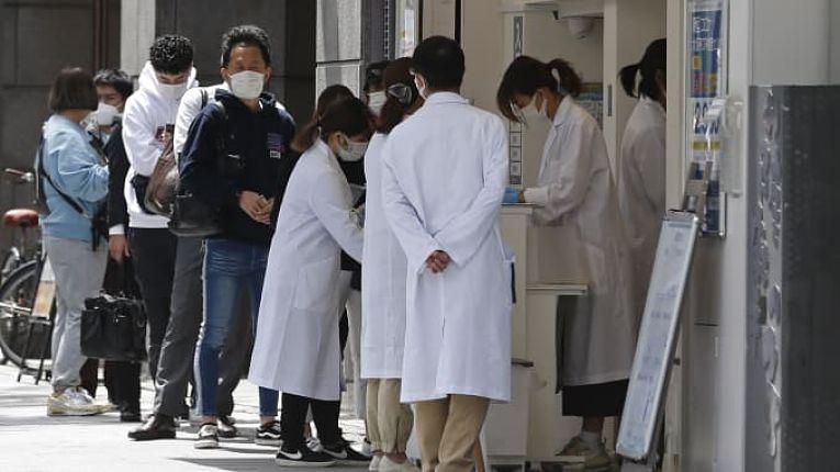 O primeiro-ministro Yoshihide Suga informou nesta quarta-feira (9) o Japão deverá imunizar toda a sua população até novembro