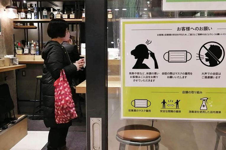 Com uma série de restrições de distanciamento, comércio, cinemas, lojas e outros negócios reabriram em Tokyo nesta terça-feira (1)