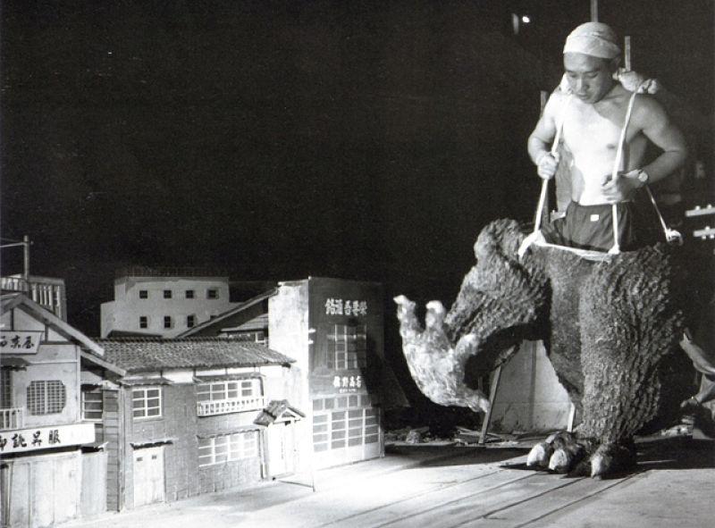 Haruo Nakajima com fantasia do Gojira em set de filmagem japonês em 1954