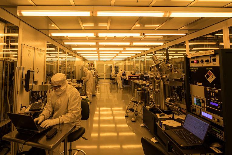 Atualmente é necessário um ambiente extremamente controlado (laboratórios específicos) para que os computadores quânticos funcionem