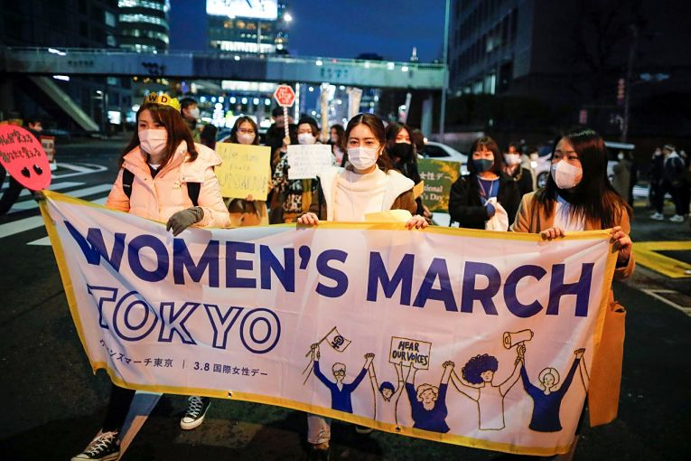 Mulheres marcham pelas principais vias de Tokyo no dia internacional da mulher exigindo uma mudança estrutural na sociedade japonesa que aumente a equidade de gênero no país