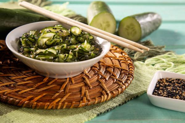 Salada de pepino japonês sunomono ou kiyuri namasu