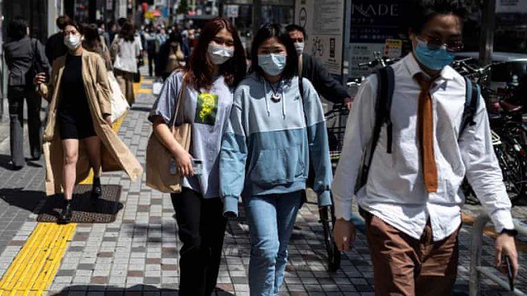 Apesar da baixa imunização no Japão, os índices de contaminações seguem abaixo de 2 mil casos e o número de óbitos também é baixo nessa última semana