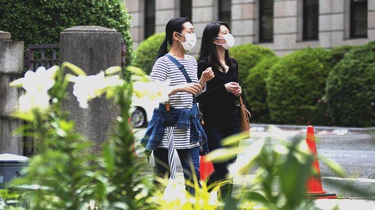 O Japão voltou a registrar mais de 100 óbitos relacionados as infecções do SARS-CoV-2 nesta quarta-feira (2). Apesar dos esforços para imunizar a população, cerca de 5% receberam as duas de vacinas contra o coronavírus