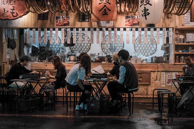 Com as restrições do estado de emergência, bares e restaurantes não poderão servir bebidas alcoólicas a partir da 19:00 na prefeitura de Tokyo. Foto por Soichiro Koriyama/Bloomberg