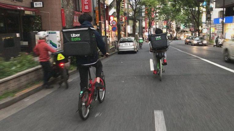 Milhares de japoneses, incluindo pessoas de meia idade se viram obrigados a recorrer aos aplicativos de entrega por causa da crise econômica causada pela pandemia de coronavírus