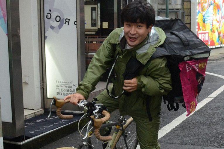 Taku Aoyagi, entregador de aplicativos e diretor de cinema acaba de lançar seu primeiro filme documental sobre sua experiência como entregador do Uber Eats: Tokyo Jitensha Bushi