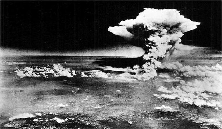 Foto aérea da explosão nuclear de Hiroshima em 6 de agosto de 1945. A coluna de fogo e fumaça chegou a atingir 8km de altura