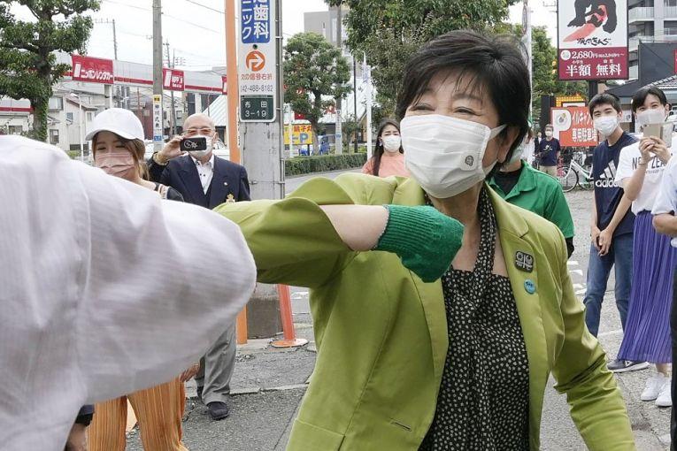 Após receber alta do hospital na quarta-feira (30 e junho) a governadora Yuriko Koike correu contra o tempo para fortalecer a campanha dos candidatos de seu partido