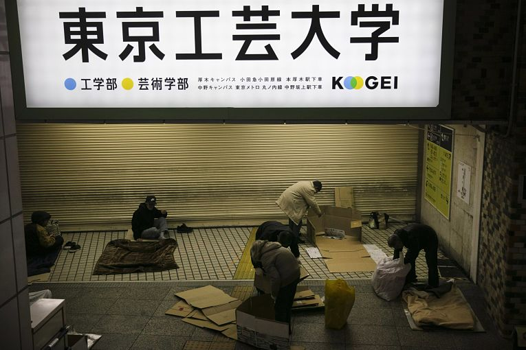 Durante a noite quando tudo fecha é que os homeless da maior cidade do mundo costumam ficar visíveis