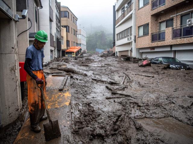 Lama cobre ruas do distrito de Izusan em Shizuoka após deslizamento