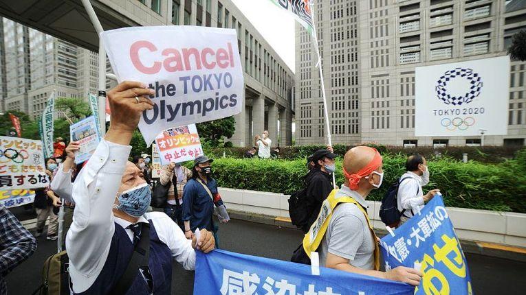 Diversas pesquisas realizadas pela emissora NHK, o portal Kyodo News e outras instituições revelaram a rejeição do povo japonês na realização dos Jogos Olímpicos de Tokyo em 2021, seu ponto mais alto atingiu a casa dos 84% dos entrevistados