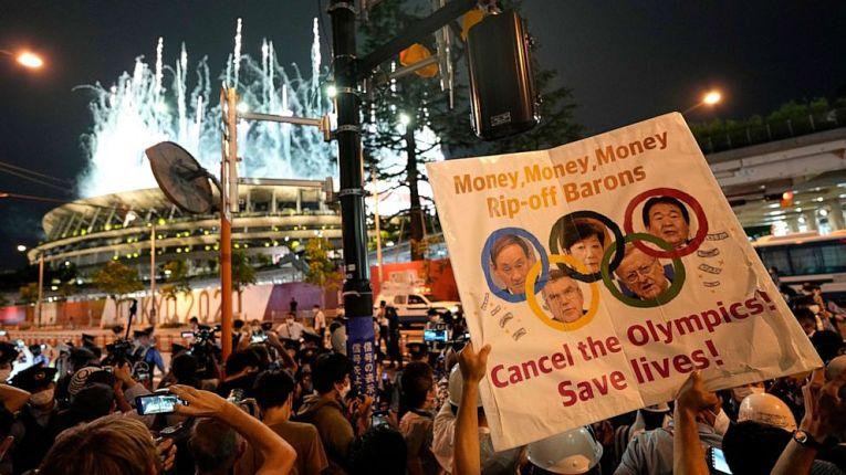 Manifestantes protestam contra a realização das Olimpíadas durante a abertura dos Jogos de Tokyo 2020-2021