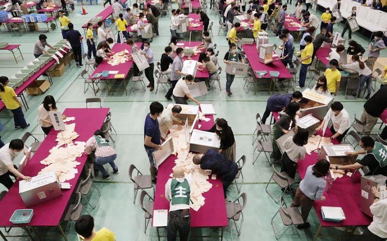 Apuração dos votos no domingo (4) para a Assembleia Metropolitana de Tokyo