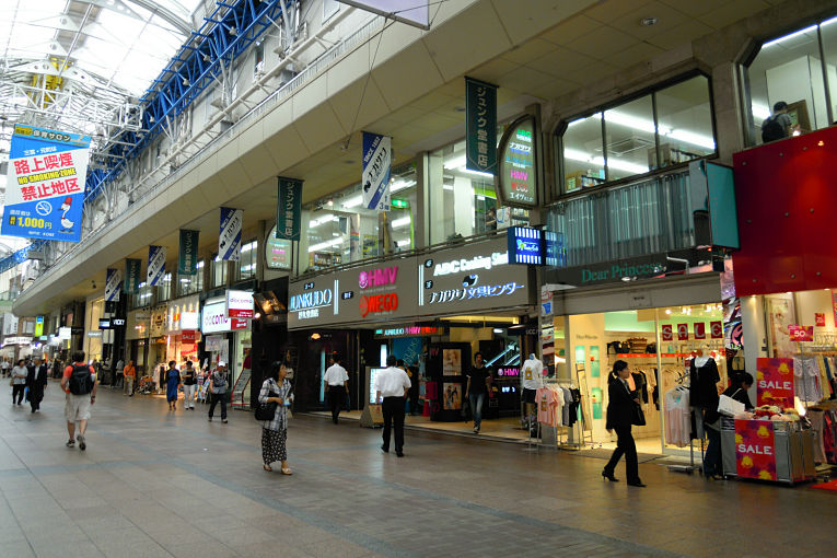 Na galeria comercial Sannomiya Center Gai na cidade de Kobe, a queda no valor do metro quadrado foi de 9,7%