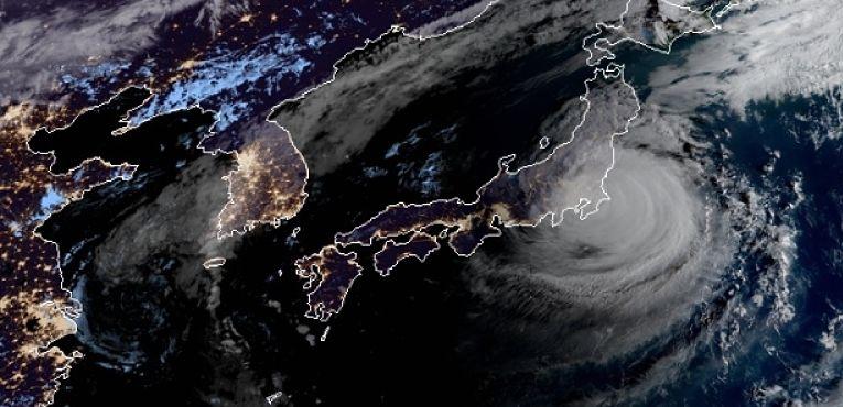 O verão é a temporada dos tufões no Japão (entre julho e outubro). Com o aquecimento global e a emergência climática, muitos eventos estão climatológicos estão acontecendo mais cedo - a exemplo do florescimento das sakuras. Portanto, os riscos de um tufão durante os Jogos Olímpicos são reais