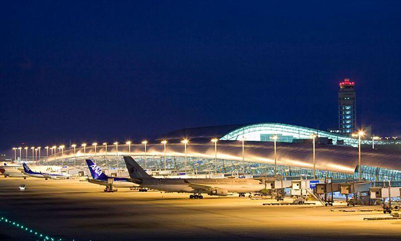 Aeroporto de Kansai, pista de aviões iluminadas durante