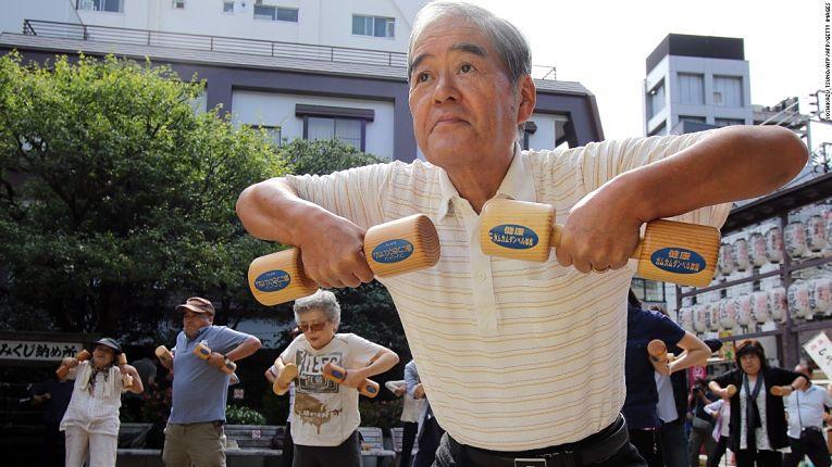A cultura de realizar atividades físicas diárias com a Radio Taiso, aliado a uma dieta balanceada é a receita para a longevidade dos japoneses
