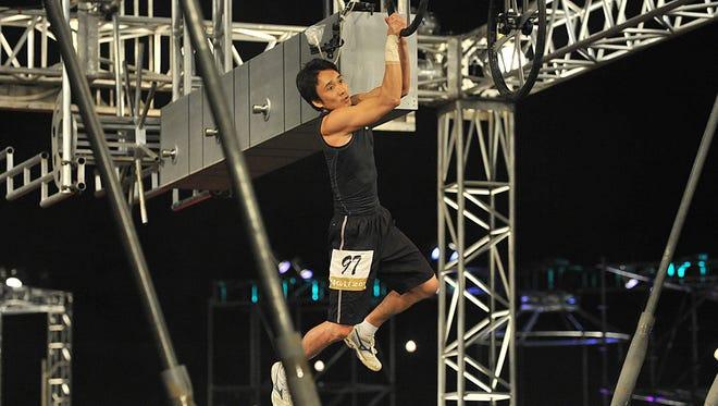 Obstáculo programa Sasuke participante usa força dos braços para atravessar