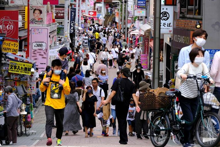 As prefeituras de Hokkaido, Miyagi, Gifu, Aichi, Mie, Shiga, Okayama e Hiroshima declararam estado de emergência até o dia 12 de setembro. As prefeituras de Kochi, Saga, Nagasaki e Miyazaki entraram no estado de quase-emergência para conter o avanço do SARS-CoV-2