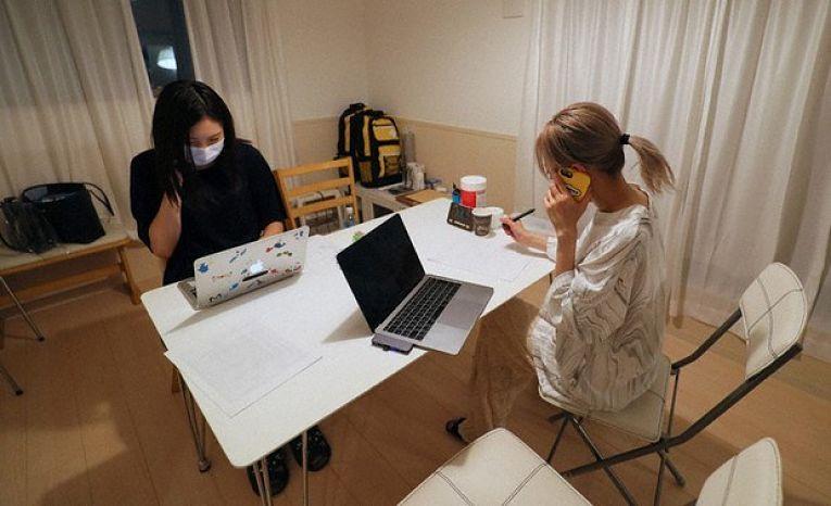 Equipe da Bond Project no escritório da organização de Tokyo