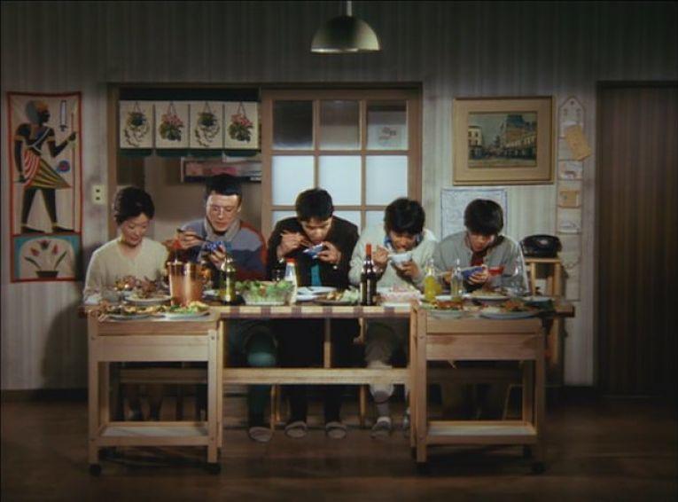Cena do filme Kazoku Gēmu de 1983. Na imagem é possível ver como uma família de classe média do Japão se alimentava durante sua era dourada
