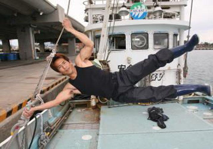Makoto Nagano, ganhador do Sasuke, suspende o corpo de forma vertical em corda de barco