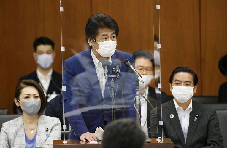 Ministro da saúde Norihisa Tamura defende a posição do governo alegando que o risco de pessoas com sintomas graves não consigam um leito dado a lotação nos hospitais