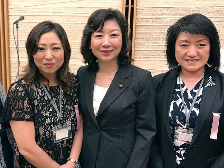Obstetra, ginecologista e e integrante do comitê de especialistas do governo para questões sobre a violência contra as mulheres do Ministério da Saúde, Trabalho e Bem-Estar, Kyoko Tanebe, a direita