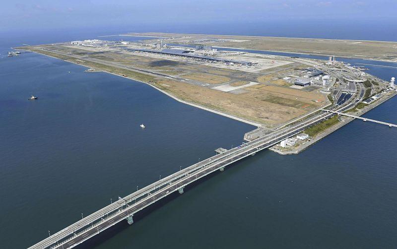 Ponte que liga o aeroporto flutuante de Kansai a baía de Osaka