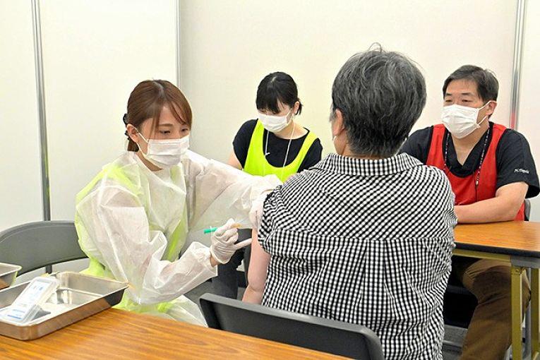 A prefeitura de Osaka começou a administrar nesta segunda-feira imunizantes da AstraZeneca Plc. na Shiromi Hall, Parque do Castelo de Osaka. É a primeira prefeitura a aplicar as vacinas do consórcio no país