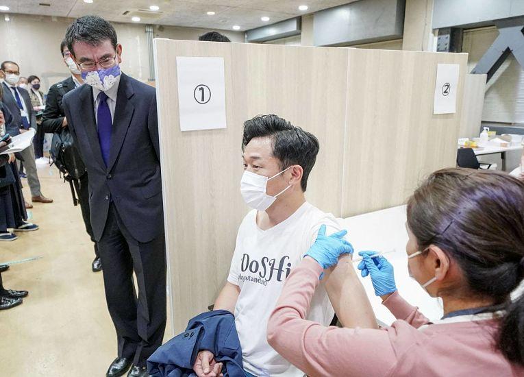 O ministro responsável pela vacinação no Japão, Taro Kono, informou que o país pretende imunizar completamente sua população até o final do outono de 2021