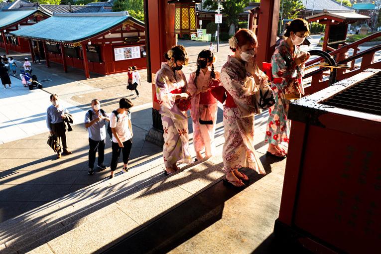 Mais de 200 mil pessoas seguem internadas com COVID-19 no Japão. Recentemente o sistema de saúde do país tinha 25 mil pessoas a mais. Foto por Athit Perawongmetha/Reuters