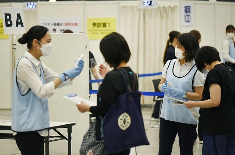 Centros de vacinação massivos construídos para a vacinar a população contra  o SARS-CoV-2 como em Osaka e Tokyo serão mantidos até novembro com o avanço da variante Delta
