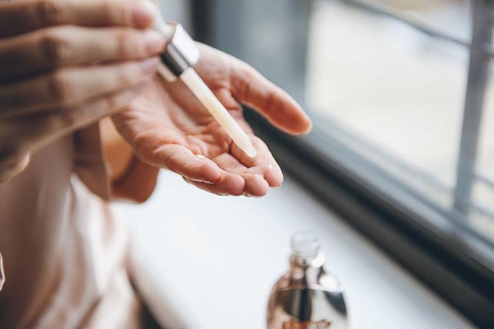 Uma gota de óleo de limpeza nos dedos