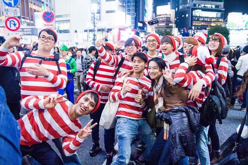 Halloween - grupo tira foto em meio a cruzamento de Shibuya