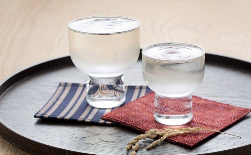 dois copos com shochu