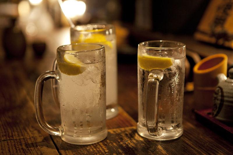 Shochu com água com gás e rodelas de limão